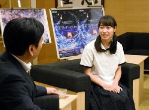 山口祥義知事(左)に、核兵器廃絶や平和への思いを話す高校生平和大使の藤田裕佳さん=佐賀県庁