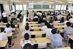 461人が挑戦した県職員採用試験=佐賀市の佐賀大学本庄キャンパス
