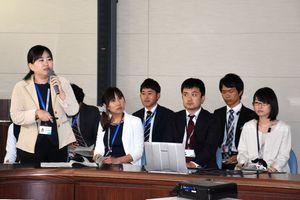 対策本部会議で、集落訪問による課題などを報告する職員=佐賀県庁