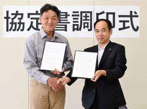 協定を結んだ「せふりの風」の本間昭久代表(左)と九州電力の小池慎さん=神埼市の県東部農林事務所