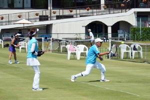 天然芝のコートで熱戦を繰り広げるイワオカップの参加者たち=佐賀市のグラスコート佐賀テニスクラブ