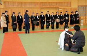 救急法の授業を見学するオープンキャンパス参加者=佐賀市日の出の県警察学校