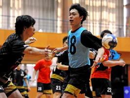 セットオフェンスの練習で軽快にパスをさばくLB八巻雄一(中央)=神埼市のトヨタ紡織九州クレインアリーナ