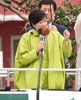 大勢の聴衆を前に力強く演説する小池百合子代表=16日午後、唐津市の大手口交差点