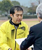 10年連続出場で賞状を受け取る岩本卓也さん