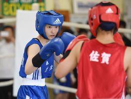 県高校総体に合わせて女子の試合も組まれた。ライトフライ級、高志館の貞松優華と対戦した唐津東の國元梨圭(左)=佐賀市の県総合運動場ボクシング場