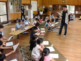 有田相撲甚句の会の岩崎数馬さんの指導で相撲甚句を学ぶ子どもたち=有田町の天神公民館