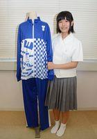 学校体育着プリントデザインコンクールで最優秀賞に輝いた前田桃華さんと作品=有田町の有田工高