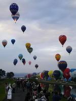 熱気球世界選手権の競技が始まり、大空へ一斉に飛び立つバルーン=31日、佐賀市の嘉瀬川河川敷