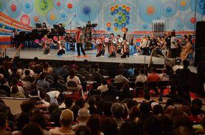 「へいせい ありがとう!」のうちわでパフォーマンスも交えて歌ったグループ=上峰町民センター