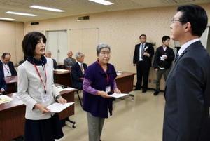 委嘱状を受け取る浴本信子さん(左)と久野美津代さん(右)