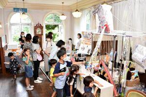 買い物やくじ引きを楽しむ来場者たち=唐津市鏡の旧海浜館