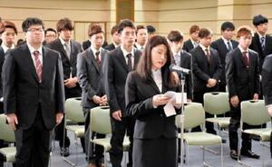 誓いの言葉を述べる入学生代表の副島かえでさん=佐賀市の佐賀市文化会館