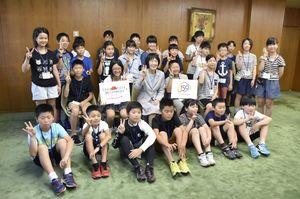 北海道庁を訪れ、高橋はるみ知事(2列目中央)と記念撮影する北海道と佐賀県の小学生=31日午前