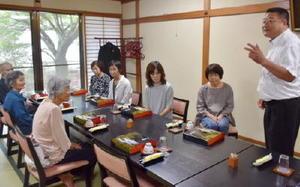 「ゆっくりして」と被災者を歓迎する小池会長(右)=佐賀市富士町