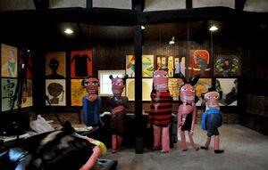 ピクファのメンバーの立体物や絵画などが会場を彩る=基山町の基山商店