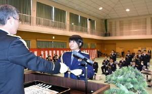 卒業証書を受け取る初任科短期課程の卒業生=佐賀市の県警察学校