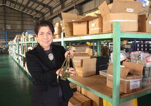 日本住宅・木材技術センターの規格に認定された製品を手にする溝部五月社長=唐津市千々賀のティムズ販売唐津工場