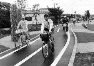 小雨の降る中、開通したばかりの徐福サイクルロードを走る人たち=平成3年6月3日