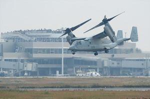 佐賀空港滑走路上空を試験飛行する米軍オスプレイ=2016年11月8日