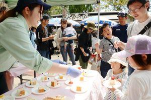来場者にケーキが振る舞われた開業31周年のイベント=佐賀市三瀬村のどんぐり村