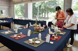 おてしょ皿など多彩な器が並ぶ「伊万里・有田焼伝統工芸士会女性部展」=佐賀市のアバンセ