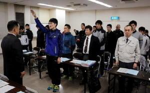 峰達郎唐津市長(左)を前に、力強く宣誓する森俊博選手=唐津市文化体育館