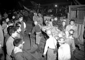 戦後最大の炭鉱事故となった三井三池炭鉱三川坑の炭じん爆発事故で、坑内から救出される負傷者=1963年11月9日、福岡県大牟田市