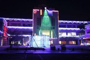 約6万級のLED電球で彩られたみやき町役場中原庁舎=みやき町原古賀