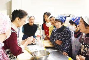 ギョーザ作りで日中友好を深める参加者ら=小城市小城町の「桜楽館」
