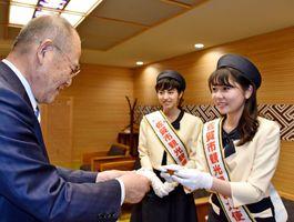 佐賀市観光親善大使に就任し、秀島敏行市長に名刺を手渡す中村葉月さん(右)=佐賀市役所