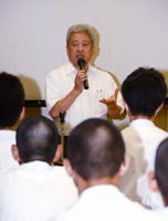母校の生徒らに職業人としての心構えを語る山田喜久男さん=嬉野市の吉田中
