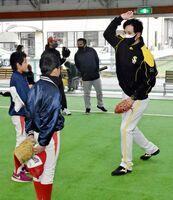 新垣コーチからピッチングのアドバイスを受ける球児たち=上峰町のすぱーく上峰