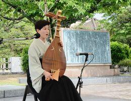 大隈祭で、薩摩琵琶を演奏した北原香菜子さん=佐賀市の大隈重信記念館