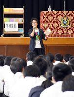 「夢を叶えるための3つの力」と題して講演した宇山佳佑さん=佐賀市金立町の弘学館中学校・高校
