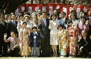 「桜を見る会」で招待者と記念写真に納まる安倍首相と昭恵夫人(中央)ら=2019年4月、東京・新宿御苑