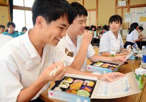佐賀の高校生がメニューを開発した「おもてなし弁当」を味わう広島県の高校生ら=嬉野市の嬉野老人福祉センター