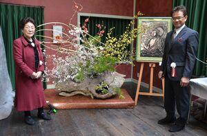 切り絵と生け花のコラボ展を開いている立石洋二郎さん(右)と前田星萠さん=佐賀市の岡田三郎助アトリエ