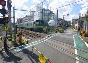 JR山手線に唯一残り「開かずの踏切」として知られる駒込―田端間の「第二中里踏切」=9月、東京都北区