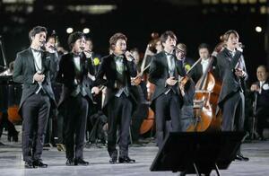 天皇陛下の即位を祝う「国民祭典」の祝賀式典で、奉祝曲を披露する「嵐」のメンバー=9日夜、皇居前広場(代表撮影)