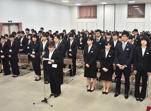 誓いの言葉を述べる西牟田かずみさんと新入生たち=佐賀市の県立総合看護学院