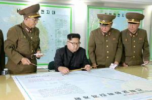 北朝鮮の労働新聞が15日掲載した、朝鮮人民軍戦略軍司令部を視察する金正恩朝鮮労働党委員長(左から2人目)の写真