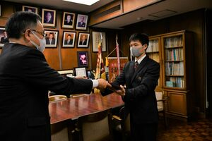 佐賀県高野連の渡邊成樹会長から表彰状を受け取る森悠人さん(右)=佐賀市の佐賀西高