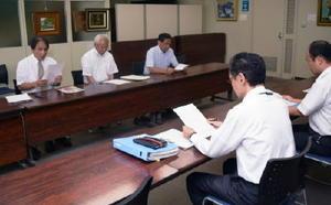 佐賀県教育情報システムなどへの不正アクセス事件で、要望書を提出した「民主教育をすすめる県民会議」の藤岡真登会長(左奥)=県庁