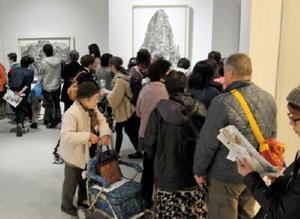 大勢の来場者でにぎわう池田学展=佐賀市の県立美術館