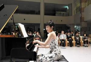 約200人の観客を美しい音色で魅了したピアニストの愛野由美子さん=鹿島市の「ケアコートゆうあい」