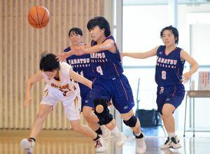 バスケットボール女子2回戦・唐津東-佐賀東 敵陣からボールを運ぶ唐津東の草場日向子(4)=佐賀西高