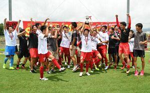 サッカー男子で優勝し、SSP杯を掲げて喜ぶ佐賀商の選手たち=佐賀市健康運動センター