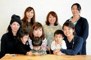 佐賀市の母親のための情報サイト「SAGA iku Do」の記事を書く母親記者たち=佐賀市駅前中央