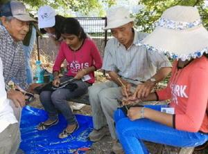 竹細工を体験するスリランカの高校生=伊万里市東山代町川内野